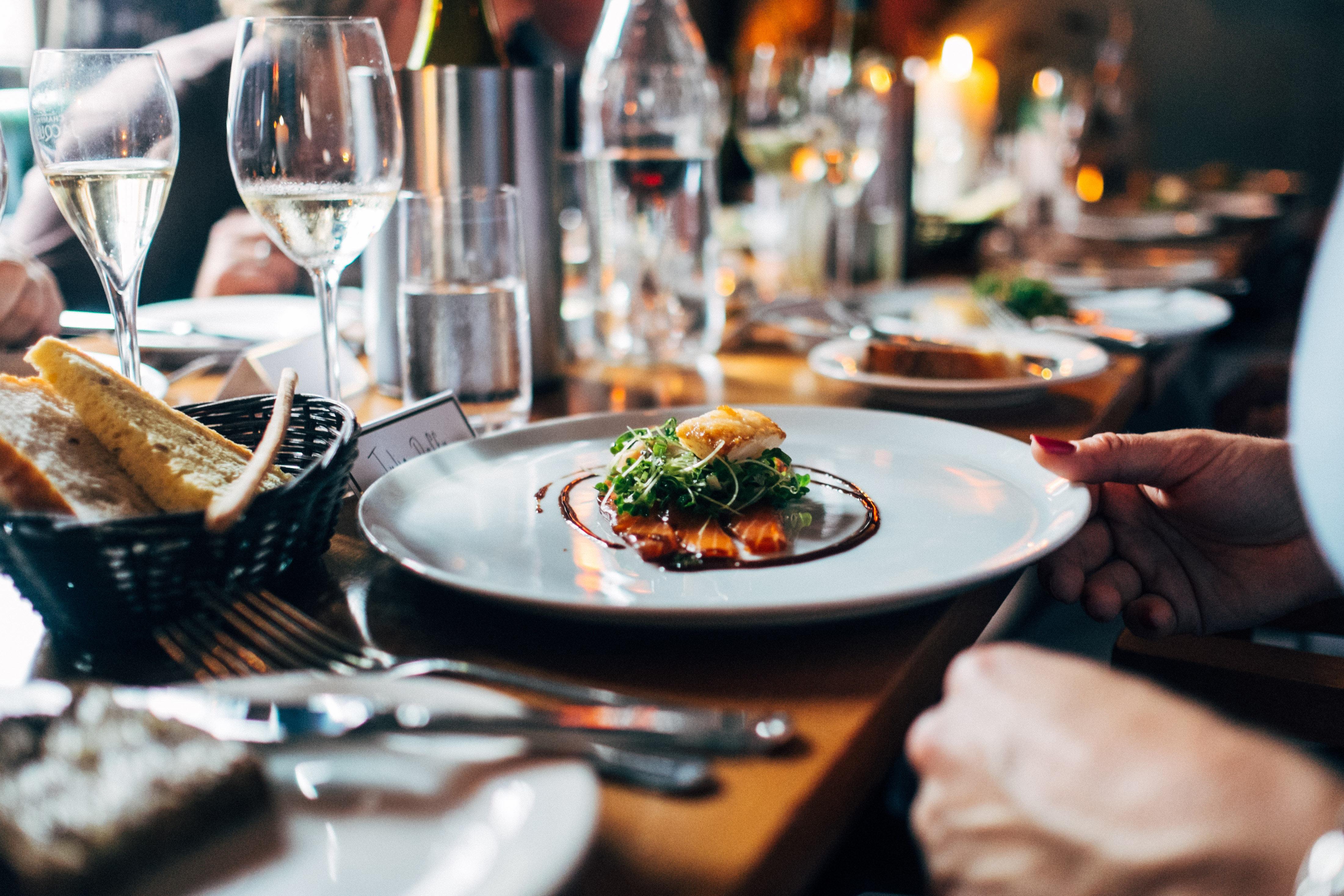 déguster un repas dans un bon restaurant à Paris