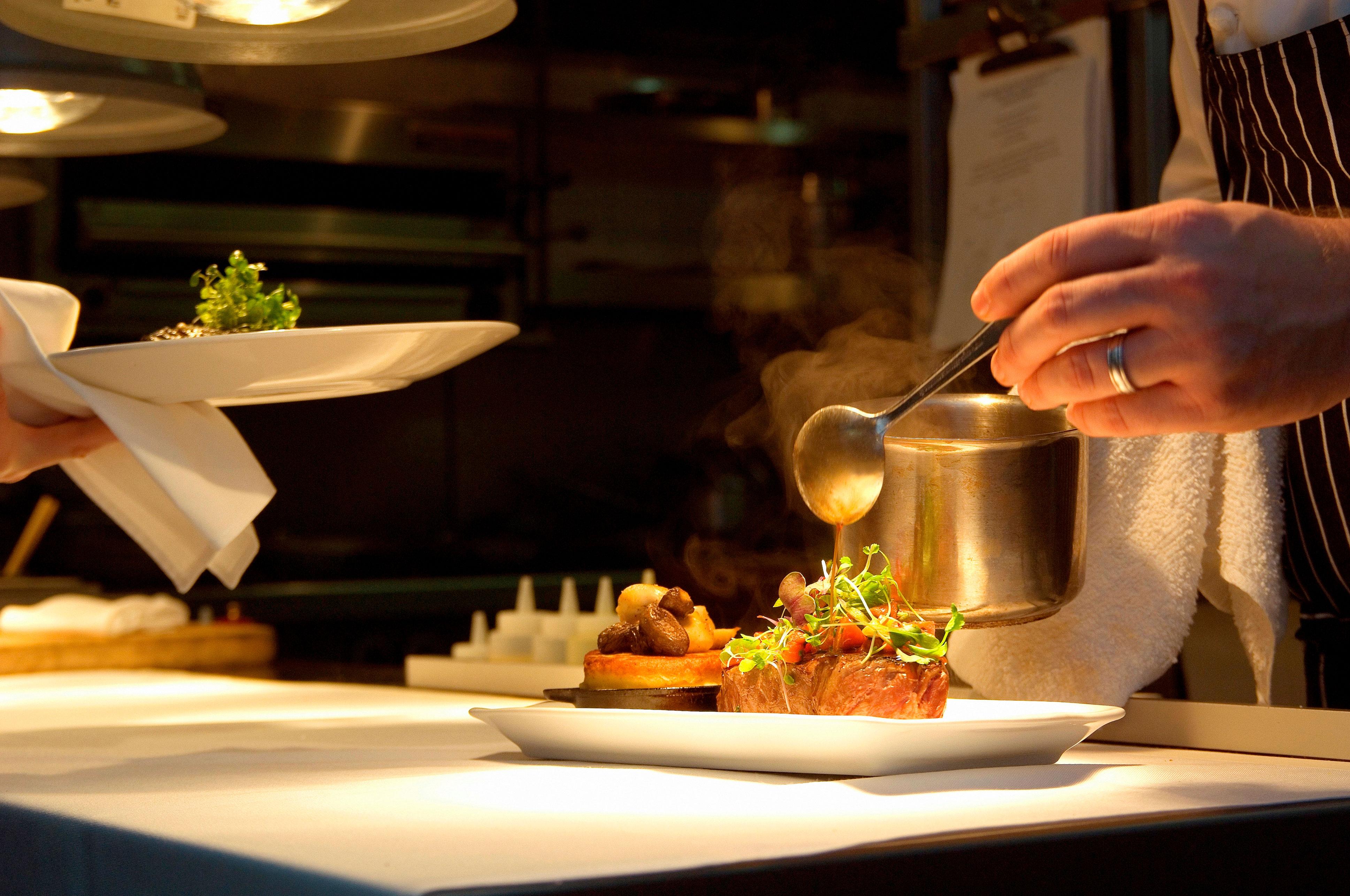 restaurant étoilé avec cuisine ouverte