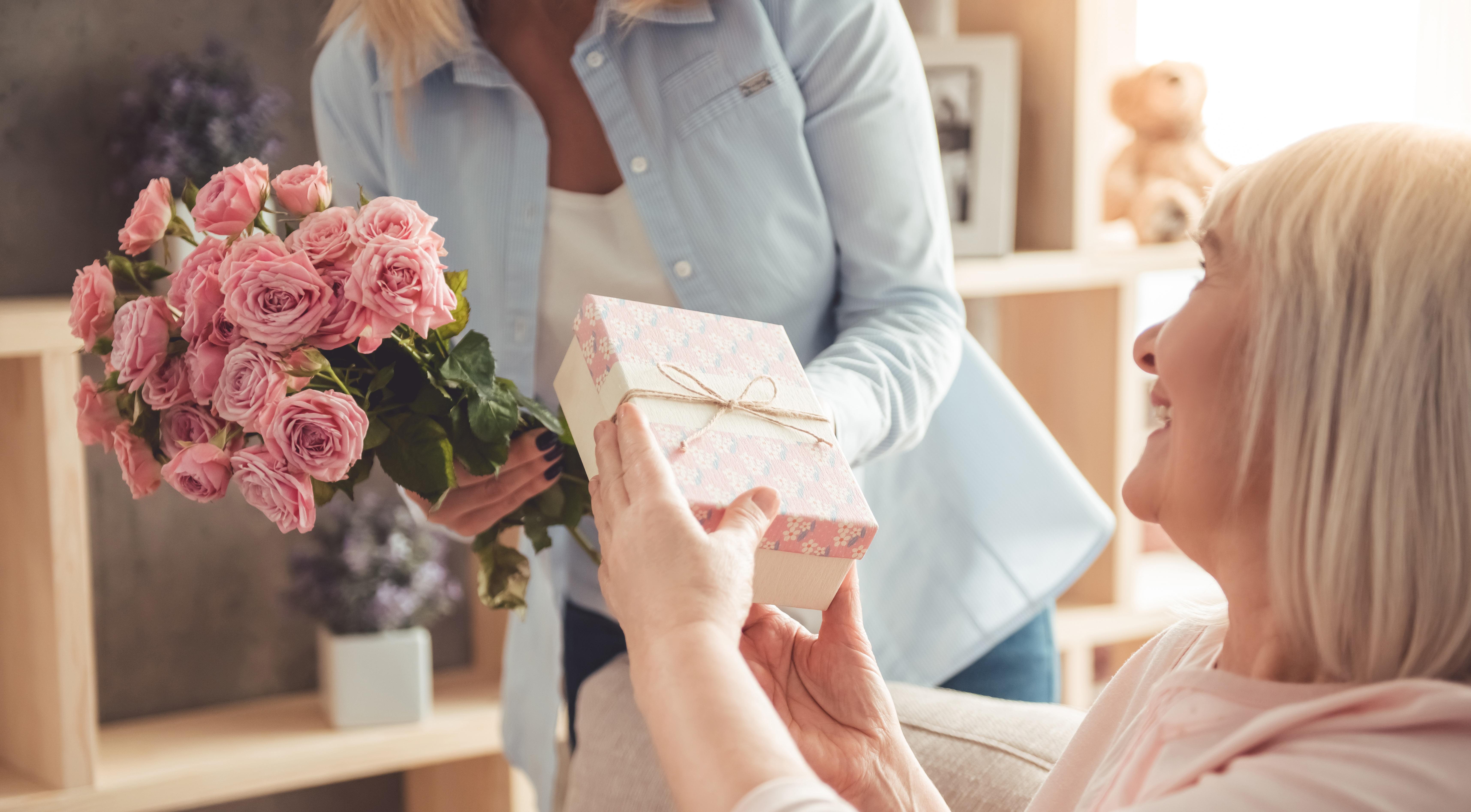 Idée Cadeau Mamie 80 Ans.Les Meilleures Idées Cadeaux Pour Votre Mamie à La Fête Des