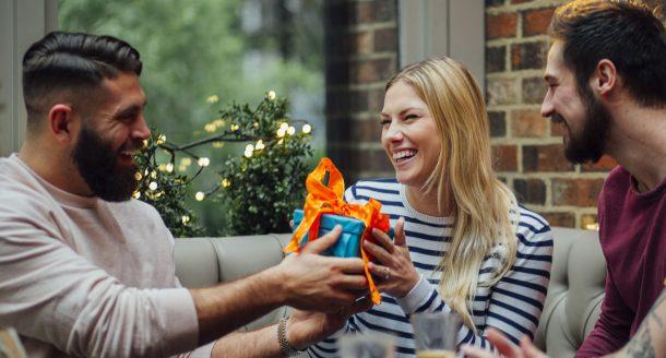 7 idées de cadeaux pour femme qui vont la surprendre