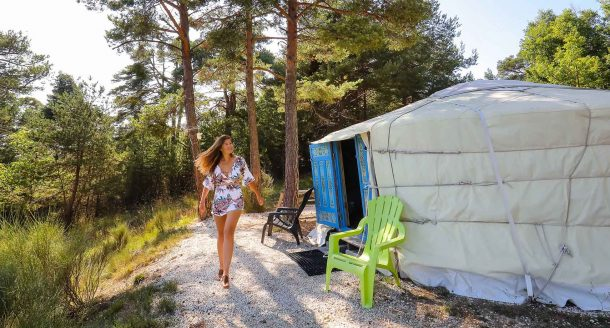 Vidéo – Adeline part dans les Gorges du Verdon pour dormir dans une yourte !