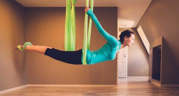 Envie de tester le yoga aérien ? On vous dit tout sur ce sport qui vous veut du bien